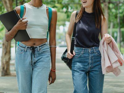 Meninas em um centro universitário