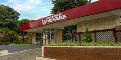Foto da entrada da Universidade de Vassouras