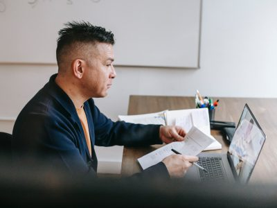 Homem fazendo a avaliação virtual do MEC