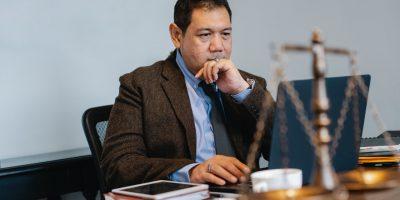 Homem estudando o curso de direito EaD com computador