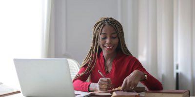 Mulher em computador fazendo seu estágios supervisionado que na pandemia foi alterado para remoto