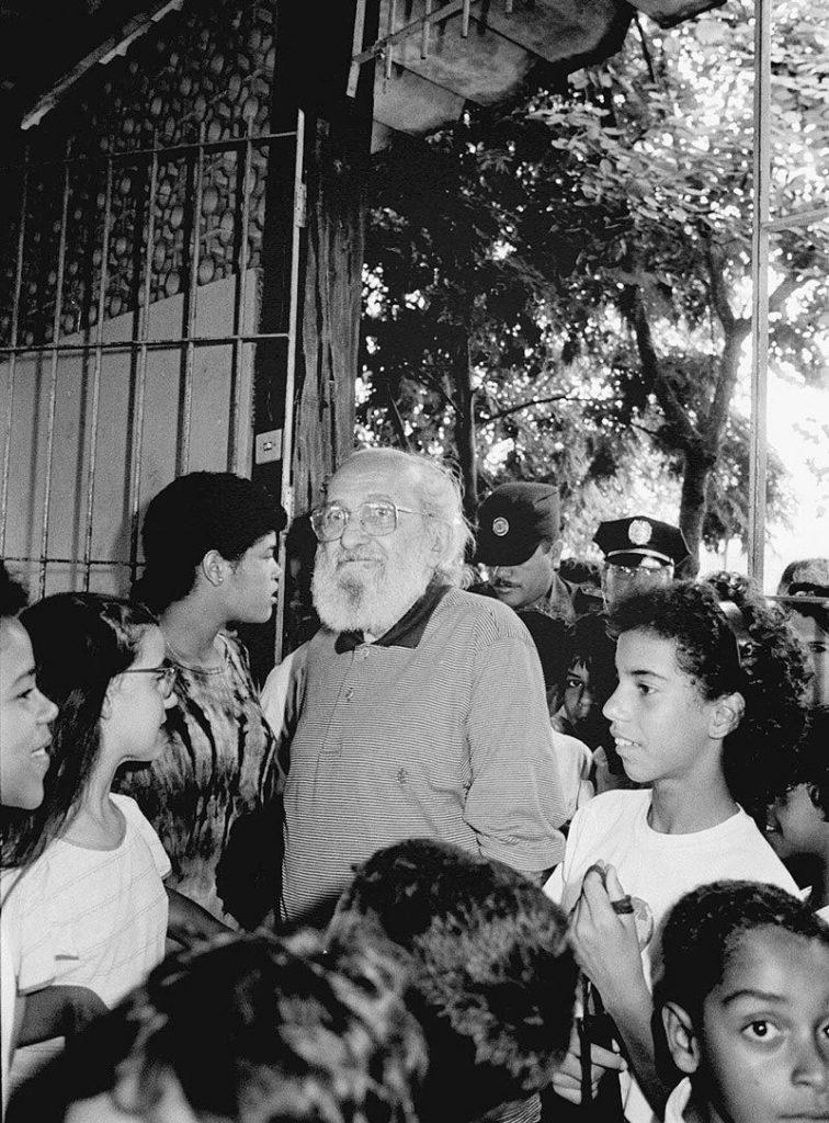 Na condição de secretário municipal de Educação, Freire visita escola pública na Vila Madalena, bairro de São Paulo