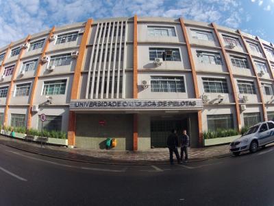 A UCPel (Universidade Católica de Pelotas) é uma das primeiras instituições de ensino do Brasil a ter o curso aprovado e ter nota 5 em Direito EaD