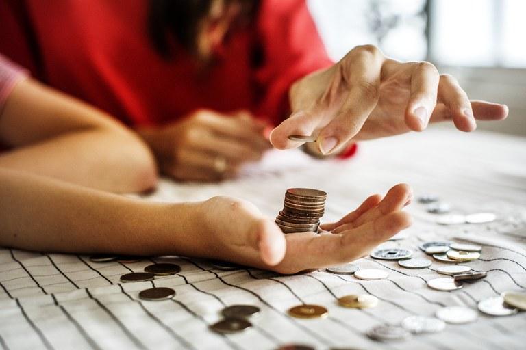 Enquanto a educação financeira não é implementada de forma concreta nas escolas, projetos ajudam a ensinar os estudantes a lidar com o dinheiro. Crédito: MEC.