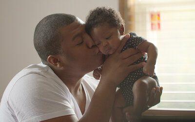 """Série """"Bebês em Foco"""" mostra potencial do afeto no desenvolvimento infantil. Crédito: Reprodução/Netflix."""
