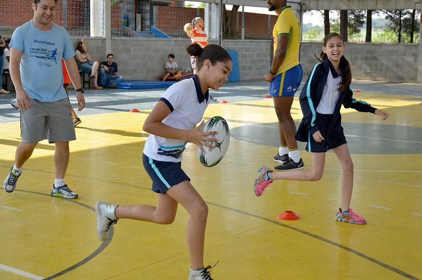 Estudantes se divertem em quadra: pesquisa mostra que esportes e educação funcionam melhor juntos.